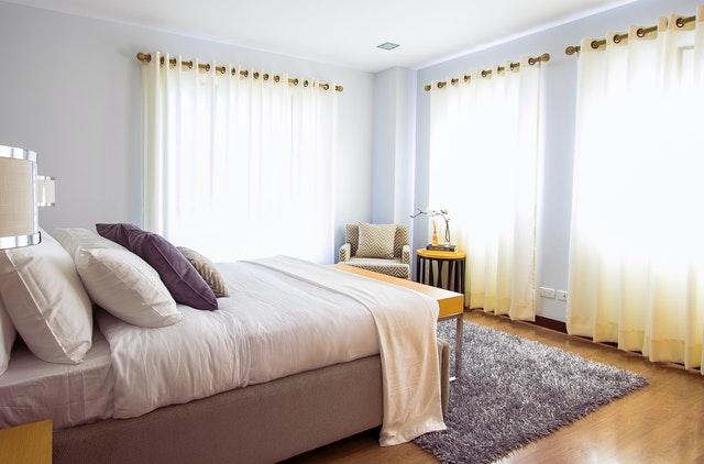 Jak ozdobić ścianę w sypialni?